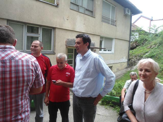 Bakir Hadžiomerović pred ulazom u veliku salu Centra za kulturu i obrazovanje