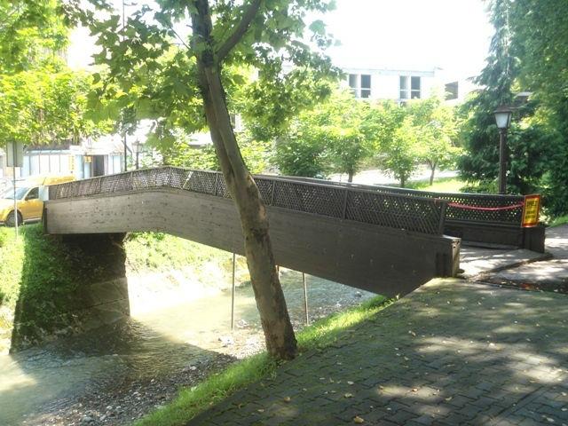 Dotrajao pješački most u parku, upozorenje i zabrana prelaska, a onda je povučena