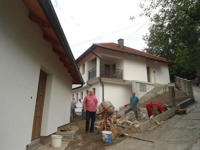Engar ispred objekata koje je renovirao, porodične kuće i pomoćne zgrade