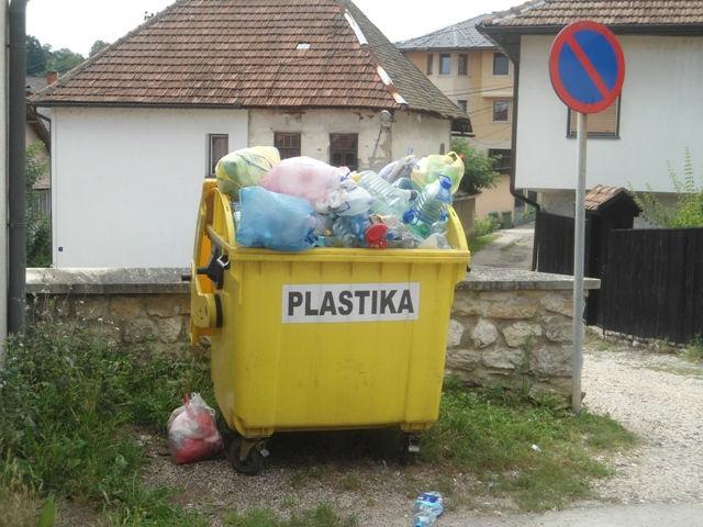 Svakim danom građani sve više stiču naviku da odlažu otpad u predviđene kontejnere. Nadam se da će uskoro ovdje biti još jedan kontejner