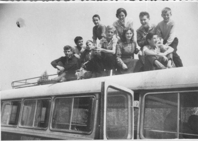 Učenici koji su 1959. godine putovali u Doboj kako bi pohađali srednju školu