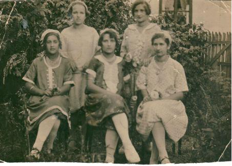 Polaznice Singerovog tečaja šivanja i šljenganja u Tešnju, Tabaci ljeto 1931. godine.